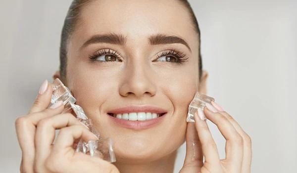 پنج دلیل برای استفاده از یخ در برنامه های مراقبت از پوست یخ ممکن است یکی از موارد حذف شده از برنامه های مراقبت طبیعی از پوست و جوان سازی پوست شما باشد. استفاده از یخ برای حفظ زیبایی پوست، قدمت بسیاری دارد و تاثیر فوق العاده و باورنکردنی را به جای می گذاشته است و محبوبیت این روش در مراقبت پوست خانگی در زمان حال هم در حال افزایش است. در ادامه به بررسی 5 خاصیت بسیار عالی استفاده از یخ برای داشتن پوستی زیبا خواهیم پرداخت. کاهش منافذ پوست یخ باعث کوچک شدن منافذ بزرگ و کاهش منافذ باز پوست میشود و همچنین سموم و چربی اضافی روی پوست را کاهش میدهد. ماساژ چند قطعه یخ بر روی صورت، به مدت حداقل دو بار در هفته باعث درخشش طبیعی پوست میشود. اضافه کردن آب خیار با آب و ریختن آن در قالب یخ و ماساژ آن بر روی پوست صورت نیز باعث تنظیم چربی پوستتان میشود. کاهش پف در ناحیه چشم آیا صبحها، ورم یا پف در اطراف چشم خود مشاهده میکنید؟ با استفاده از یک مکعب یخ، اطراف ناحیه چشم را ماساژ دهید. کاهش دمای پوست به شکل یک آرامبخش در این ناحیه عمل میکند و باعث کاهش ورم و پف خواهد شد. بهبود گردش خون مالش مکعب های یخ روی صورت، باعث محدود شدن رگ های خونی و افزایش جریان خون به مناطق ملتهب پوست و نیازمند به بهبود می شود. کاهش قرمزی و کمرنگ کردن لکه ها ماساژ روزانه یک تا دو دقیقه ای یخ بر روی آکنه ها، باعث کاهش اندازه و کمرنگ شدن برافروختگی و قرمزی آن ها می شود. با ادامه دادن مداوم این روند، شاهد بهبود فوق العاده پوست خود خواهید بود. بهبود ظاهر پوست استفاده از یخ مانند یک اقدام پیشگیرانه عمل می کنند و باعث می شود خطوط و چین و چروک های ظریف پوست، جلوه کمتری داشته باشند. و به شکلی، روند پیری را کند تر می کند. بعد از استفاده از یخ اجازه دهید پوست به طور طبیعی و با جریان هوا خشک شود در این صورت اثر بخشی یخ بیشتر خواهد بود. فقط چند دقیقه وقت بگذارید و با یک تکه یخ صورت خود ماساژ بدهید. یخ پوست صورت را مرطوب کرده و آن را روشن می کند و درخشندگی فوق العاده ای به پوست صورت می دهد. بنابراین بهتر است استفاده از یخ را در برنامه های روزانه مراقبت طبیعی از پوست خود قرار دهید و با استفاده از این روش ساده و مقرون به صرفه، طبیعی ، زیبا باشید.